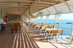 Кафе на берегу моря