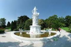 Белая статуя