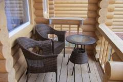 Балконы оборудованы летней мебелью